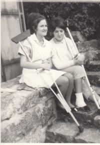 Petra Erbanová (vpravo) o berlích v důsledku střelného poranění ze srpnové okupace, podzim 1968