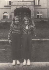 Petra Erbanová (vlevo) se sestrou Lídou, srpen 1955
