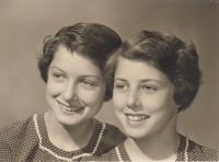 Petra Erbanová (vlevo) se sestrou Lídou, 1960