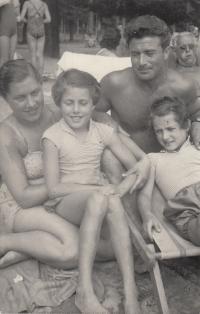 S rodiči Rudolfem a Ludmilou Šoršovými a sestrou Lídou (Petra Erbanová vpravo), léto 1957