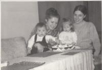 Se synem Tomášem, sestrou Lídou a její dcerou Petrou, únor 1973