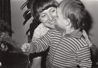 Petra Erbanová se synem Robertem, vánoce 1976