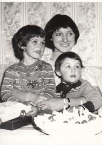 Petra Erbanová se syny Tomášem (vlevo) a Robertem, 1978