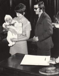 S manželem Jaroslavem Erbanem a synem Tomášem, duben 1972