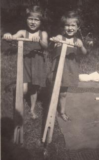 Petra Erbanová (vpravo) se sestrou Lídou, srpen 1951