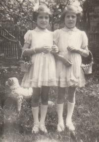 Petra Erbanová (vlevo) se sestrou Lídou, 1956
