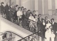 Novomanželé Petr a Alena Šídovi s rodinou a přáteli, listopad 1969