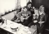 Petr Šída s dcerou Alenou, švagrovou a jejím synem, 1975