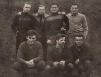 S kamarády (Petr Šída v horní řadě - druhý zprava, bratr Josef - dole uprostřed)