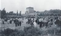 Shromáždění Liberečanů na smuteční tryzně 24. 8. 1968 před libereckým krematoriem