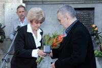 Petr Šída přebírá Pamětní medaili města Liberec z rukou exprimátorky Martiny Rosenbergové, 21. 8. 2014