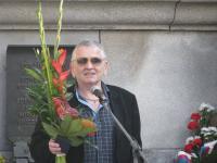 Petr Šída před pomníkem obětem 21. srpna 1968 v Liberci, 21. 8. 2014
