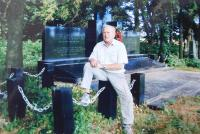 Viktor Hnízdil u pomníku tragédie v Malíně na Volyni