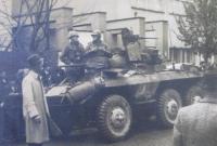 Američtí vojáci před nýřanskou sokolovnou, květen 1945