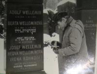Viktor Wellemín u hrobu své manželky, svých rodičů a svého bratra