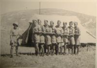 Fotka osmi emigrantů z Protektorátu, mezi nimi Julek Ehrmann, Viktor Wellemín pátý zleva, bratr Adolf čtvrtý zleva