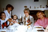Rodina, vlevo dcera se svými dětmi, uprostřed pamětnice, vpravo dceřina tchýně, Praha, konec 70. let