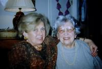 Věra (vpravo) s paní Moravcovou, spolužačkou a vídeňskou Češkou (zakladatelkou KINDERBUCH MORAVEC VERLAG WIEN) - během setkání třídy vídeňské české školy v Praze, zřejmě rok 1999