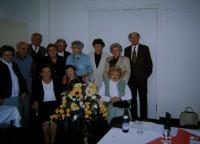 Setkání třídy vídeňské české školy v Praze, Věra uprostřed v modrém svetru, 1999