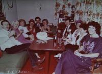 Věra průvodkyní na lodi Litva mířící do Egypta, Věra uprostřed v šatech s černou květinou, 1983