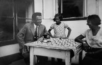Věra s rodiči na letním bytě v Mödring u Hornu, 1932