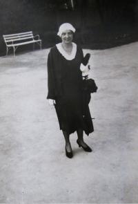 Věřina matka na rekreaci ve Františkových Lázních (což byla tradice žen jejich rodiny), 1933