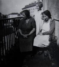 Three generations - Věra with her mother and grandmother on the balcony of their Vienna apartment (the balcony is now painted in blue colour), 1932