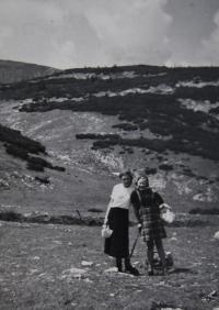 Věra na výletě v alpském pohoří Rax se spolužačkou Jiřinou, dcerou učitele na české vídeňské škole - profesora Juláka, cca 1937