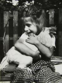 Pamětnice zachycená při své běžné hře dědečkem na dvoře v Přelouči; 1954