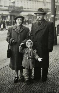 S rodiči; Praha - Na Poříčí; 1953