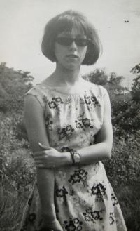 Pamětnice v šatech, které jí ušila matka; nelok.; 11. června 1966