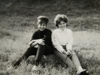 Pamětnice s Irenou Gerovou (vpravo) na školním výletě; nelok.; září 1966