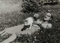 Jan Frolík se sousedovic kocourem; Rudník u Vrchlabí; 1982