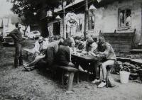 Novomanželé Liběšovi, přátelé horolezci, slaví; Jan Frolík s brýlemi; Humpolecko; cca 1987