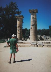 """""""Malý Frolík před dějinami"""" - Jan Frolík na dovolené s pamětnicí v Olympii; Řecko; 1995"""