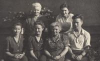 Marie Kopecká snr, Hana Singerová, Marie Kopecká jnr, Eva Kopecká, paní Singerová, Vladimír Kopecký