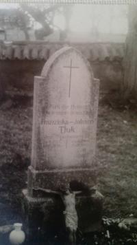 náhrobní kámen na hřbitově - Johanna Tluk