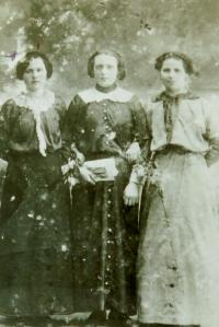 Vlevo matka Anna (Šircová) v Moštěncích na Volyni
