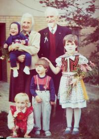 Rodiče Ludmila a Jaroslav Knápkovi s pravnuky
