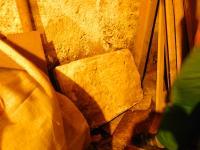Důmyslně vytvořené víko jež přikrývalo úkryt vysílačky na Žílkově mlýně u Velké nad Veličkou