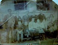 Vlevo otec Jaroslav Knápek před svým domem na Drozdovské Pile