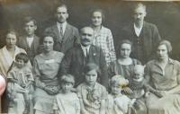 Rodina Knápkova. Otec Jaroslav Knápek vpravo nahoře, pod ním manželka s dcerou Radoslavou.