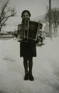 Charlotte with acordeon