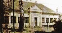 1960 - škola v kolonii, kterou navštěvoval pamětník. Malby na škole pořídil místní chlapec jako poděkování za to, že přežil totální nasazení ukryt v umělecké škole někde v Lipově