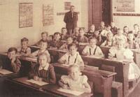 1946 - škola v Rohatci s řídícím Josefem Bízou, otcem pamětníka