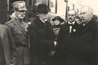 Příjezd TG Masaryka do Benešova, Hanin otec na fotografii s kokardou, vedle něj starosta, vzadu Ludmila Kloudová roz. Veselá, 18.12.1918