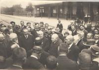 Čekání na Masarykův příjezd na nádraží v Benešově, delegace města, vpravo čelně Antonín Fuksa, druhý po jeho pravici dr. Veselý, 18.12.1918