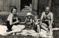 Hana s rodiči a sestrou na koupališti, Benešov 1941