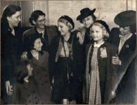 Hana (uprostřed), její nejlepší kamarádka Jarmila Kloudová (později Mertlová) vedle ní vpravo, v Stoke-on-Trent, Anglie, 1946