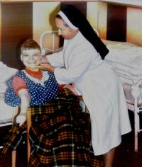 sr. Petra Mendrošová pri práci s chorými deťmi v Hlučíne (80.te roky)